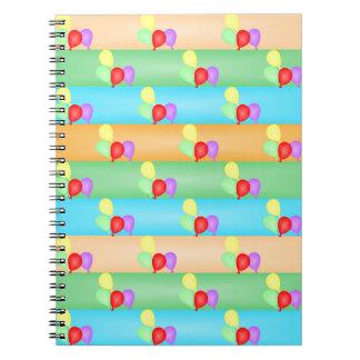 カラフルな誕生日はパターンを風船のようにふくらませます ノートブック