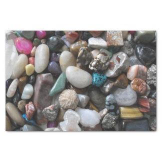 カラフルの磨かれた石の多く 薄葉紙