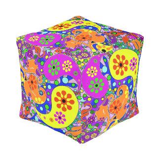 カラフルの花のレトロのペイズリーパターン プーフ