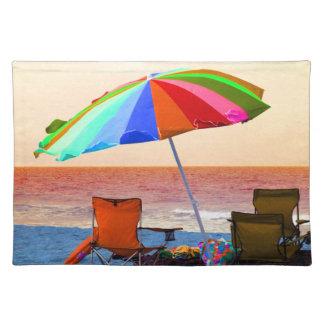 カラフルのFloriの逆のビーチパラソルそして椅子 ランチョンマット
