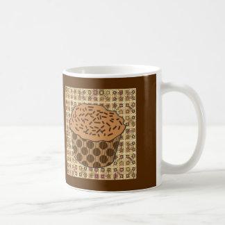 カラメルによって曇らされるカップケーキはとの振りかけます コーヒーマグカップ