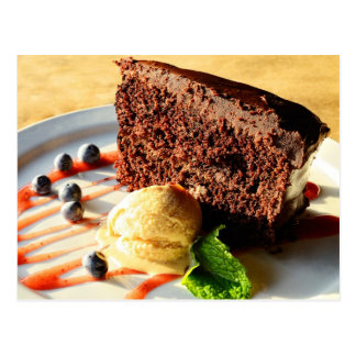 カラメルのアイスクリームが付いているチョコレートケーキ ポストカード