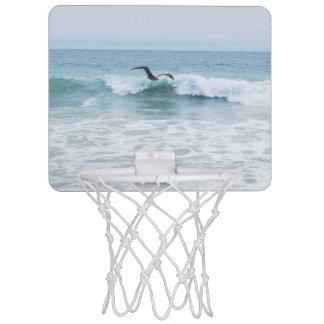 カリフォルニアのビーチのカモメ ミニバスケットボールゴール