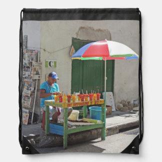 カルタヘナコロンビアの歩道のフルーツの売り手 ナップサック