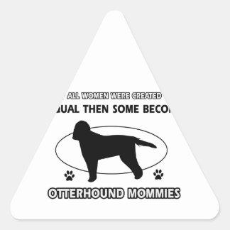 カワウソ猟犬のお母さんのデザイン 三角形シール
