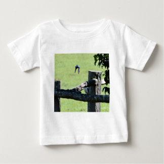 カワセミ飛行中にクイーンズランドオーストラリア ベビーTシャツ