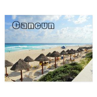 カンクンのビーチの臨海地は観光客を振ります ポストカード