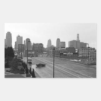 カンザスシティの都市スカイライン、白黒写真 長方形シール