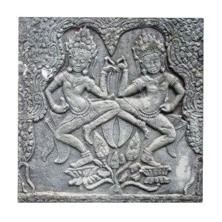 カンボジアのダンサーの石造りに切り分けること タイル