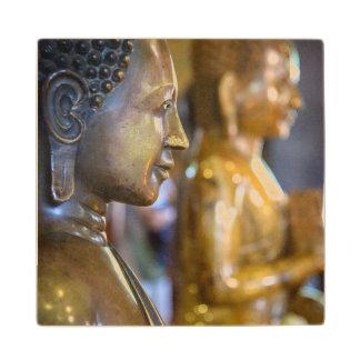 カンボジア、プノンペン。 仏の彫像 ウッドコースター
