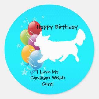 カーディガンのウェルシュコーギーおよび誕生日の気球 丸形シール・ステッカー