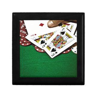 カードにグリーンテーブルのトランプのポーカーを示します ギフトボックス