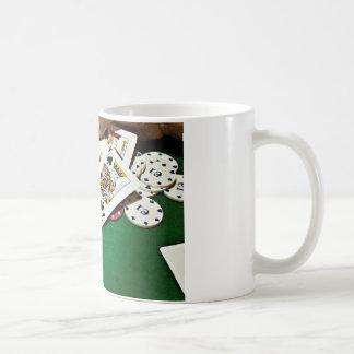 カードにグリーンテーブルのトランプのポーカーを示します コーヒーマグカップ