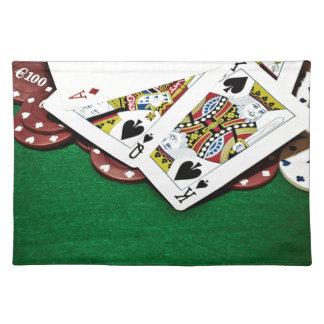 カードにグリーンテーブルのトランプのポーカーを示します ランチョンマット