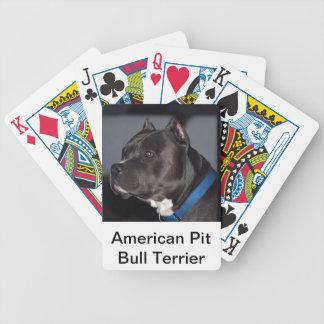 カードを遊ぶアメリカのピット・ブルテリア バイスクルトランプ