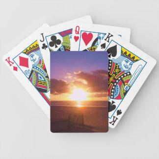 カードを遊ぶビーチの日の出 バイスクルトランプ