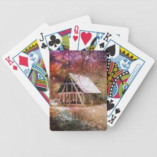カードを遊ぶ中世納屋 バイスクルトランプ