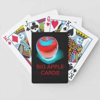 カードを遊ぶ大きいりんご バイスクルトランプ