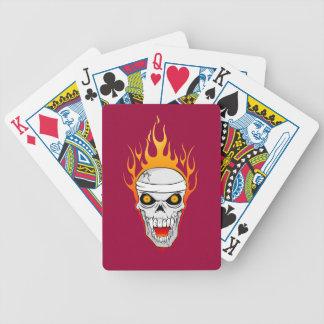 カードを遊ぶ燃えるようなスカル バイスクルトランプ