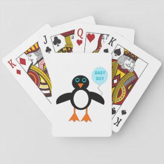 カードを遊んでいるかわいく青い男の赤ちゃんのペンギン トランプ