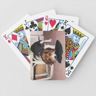 カードを遊んでいるビーグル犬の子犬 バイスクルトランプ