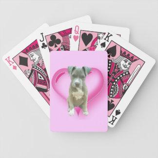 カードを遊んでいるピットブルの小犬 バイスクルトランプ