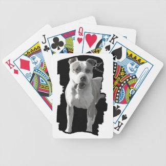 カードを遊んでいるピットブル犬 バイスクルトランプ