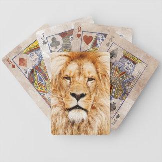 カードを遊んでいるライオン バイスクルトランプ