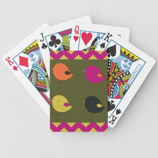 カードを遊んでいる小さいひよこ バイスクルトランプ
