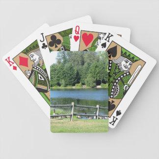 カードを遊んでいる景色の湖畔のガチョウ バイスクルトランプ