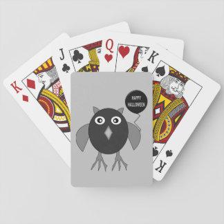 カードを遊んでいる気色悪いハローウィンパーティのフクロウ トランプ