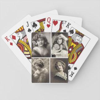 カードを遊んでいる甘くビクトリアンな子供 トランプ