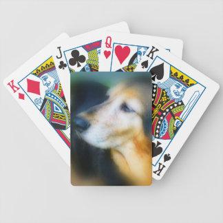 カードを遊んでいる甘く古い犬 バイスクルトランプ
