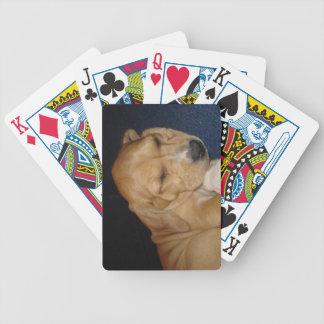 カードを遊んでいる睡眠の子犬 バイスクルトランプ