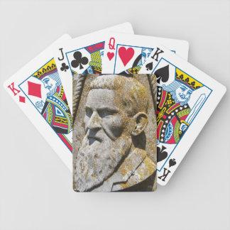 カードを遊んでいる石造りの森の住人 バイスクルトランプ