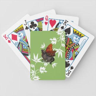 カードを遊んでいる緑の白人のクレマチス猫の妖精 バイスクルトランプ