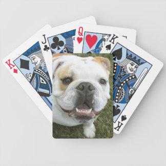 カードを遊んでいる英国のブルドッグ バイスクルトランプ
