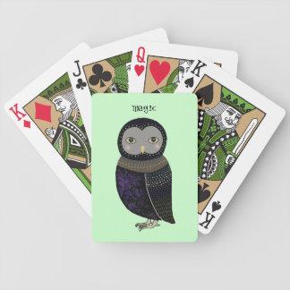 カードを遊んでいる魔法のフクロウの元のイラストレーション バイスクルトランプ