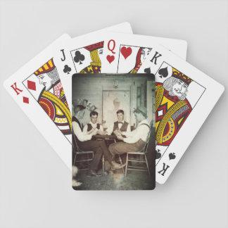 カード人の洞窟の写真を賭けている1890年のポーカーゲームの人 トランプ