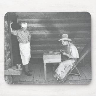 カード2を遊ぶのをカウボーイが見ている調理師 マウスパッド