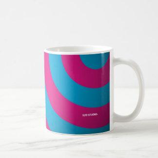 カーブのピンク及びターコイズのマグ コーヒーマグカップ