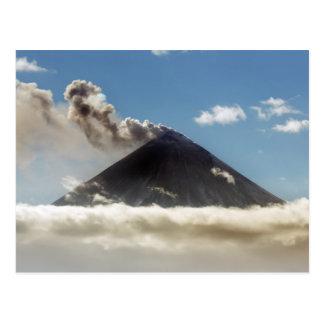 ガス、蒸気、噴火口からの灰のStratovolcanoの羽毛 ポストカード