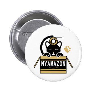 ガムテープで遊ぶ猫とNYAMAZONのダンボール(茶色) 5.7CM 丸型バッジ