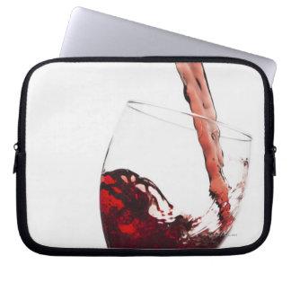 ガラスに注がれる赤ワインの閉めて下さい ラップトップスリーブ