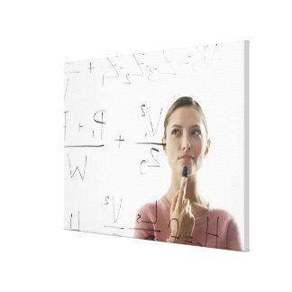 ガラスの若い女性の計算高い同等化 キャンバスプリント