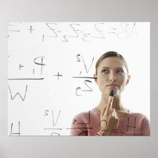 ガラスの若い女性の計算高い同等化 ポスター