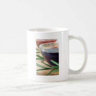 ガラスの醤油およびローズマリーの小枝 コーヒーマグカップ