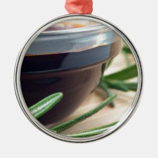 ガラスの醤油およびローズマリーの小枝 メタルオーナメント