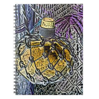 ガラスビンの紫色の黄色は鉛筆の一見を着色しました ノートブック
