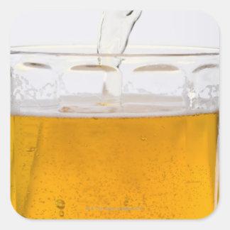 ガラスマグ、極端、クローズアップの注ぐビール スクエアシール